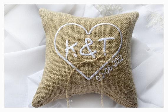 Mariage - Burlap wedding pillow, wedding ring pillow ,  ring bearer pillow ,Heart wedding pillow,  Custom embroidered ring bearer pillow (R1B)