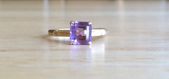 Mariage - Vintage 10kt  Yellow Gold Simulated Purple Amethyst Stone Ring - Size 7 1/2 Sizeable Alternative Engagement / Wedding Antique Jewelry