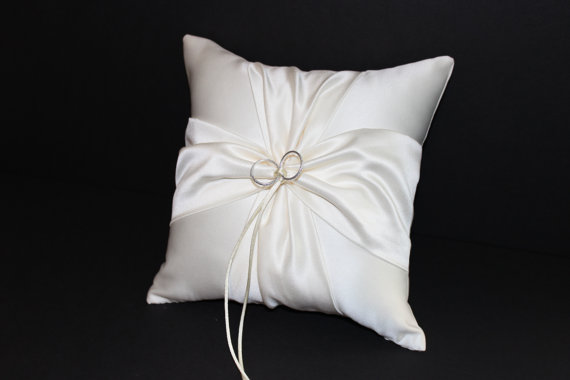 Mariage - White or Ivory Wedding Ring Bearer Pillow