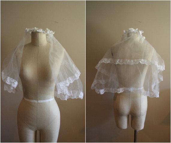 زفاف - Vintage White Dual Layer Tulle Veil with Faux Flower Halo and Lace Trim - Wedding - Bride