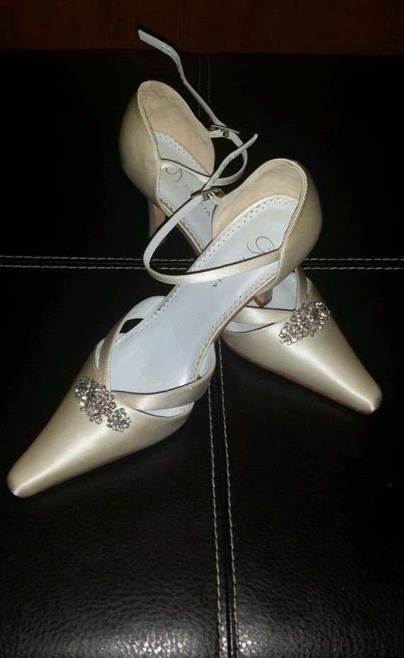 Свадьба - Pearl Ivory Silk Wedding Shoes 7.5 With Crystal Buckles as New With Matching Clutch