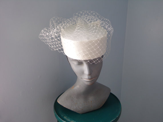 Mariage - Ivory Round Pillbox With Veil Bellboy Pillbox Hat With Bow Bridal Hat White Pillbox Hat