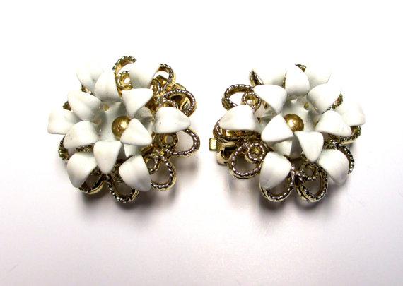 """Свадьба - VINTAGE 1960s """"Easter Lilies"""" Enamel Earrings Singed SARAH COVENTRY Earrings  White Enamel"""