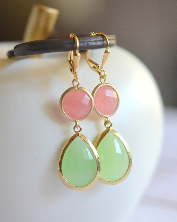 Свадьба - Coral Pink and Mint Dangle Earrings in Gold. Statement Earrings. Drop Earrings. Coral Dangle. Bridal Party Gift.  Bridesmaid Earrings.
