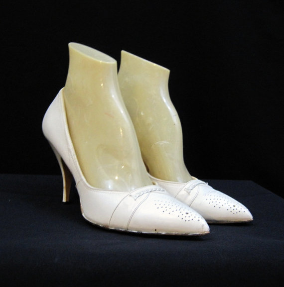 Свадьба - 50s 60s Shoes Vintage Pumps White Perforated Pointy Toe - so Mad Men 6.5