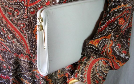Mariage - WHITE VINYL CLUTCH Handbag goldtone clasp and trim 11 x 5 1/2 inches mod wedding glam