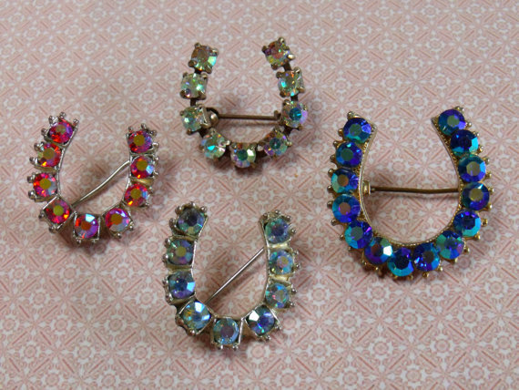Mariage - Four super lucky horse shoes vintage jewelry brooches made in silver & goldtone metal with mixed coloured sparkly faceted stones. Weddings