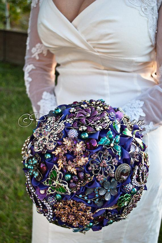 "Свадьба - Purple Gold Wedding Broach Bouquet. Deposit – ""Purple Majesty"" Royal Purple, Blue, Green, Violet, Silver and Gold Bridal Brooch Bouquet"
