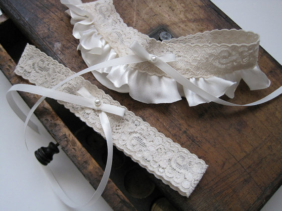 Mariage - Wedding Garter: Ivory Lace Ruffled Garter Set