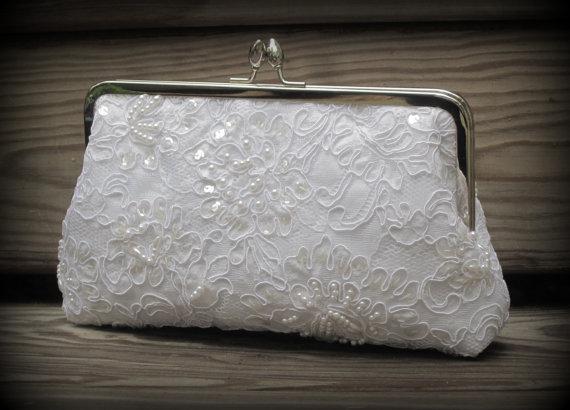 Свадьба - Pretty In Pearls Kisslock: Lace Clutch (White or Ivory bridal clutch)- Wedding Purse- Pearl Clutch