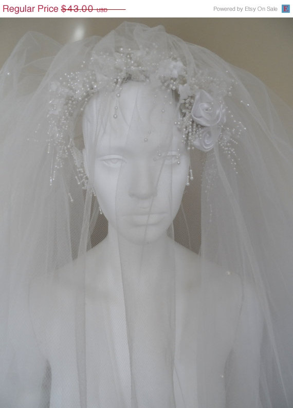 Mariage - 40% OFF Vintage  Bridal Veil * White Tulle . Satin Flowers & Beaded Headband . Tiny Faux Pearls On Veil .  Wedding . Excellent Vintage Condi