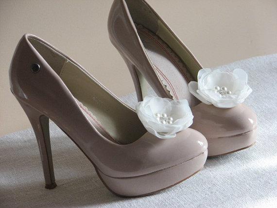 Свадьба - Rhinestones shoe clips Ivory shoe clips Ivory shoe pins Flower Rhinestone Bridal ivory flower Bridesmiad gift Ivory flower Pearl Rhinestone