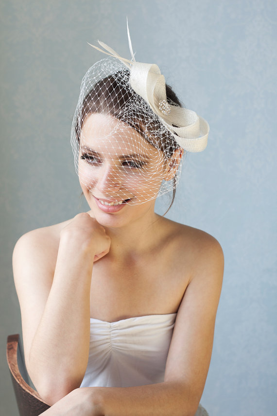 زفاف - Bridal fascinator with french veil and feathers, wedding birdcage with fascinator, bridal headpiece