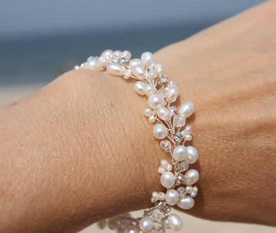 Mariage - Wedding JewelryDelicate Freshwater Pearl Bracelet with Natural Crystals and Vintage Austrian Rhinestones