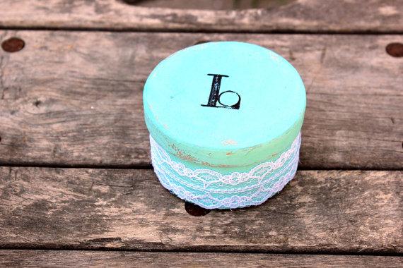 Mariage - rustic ring bearer box . wedding ring bearer pillow . round personalized ringbearer box