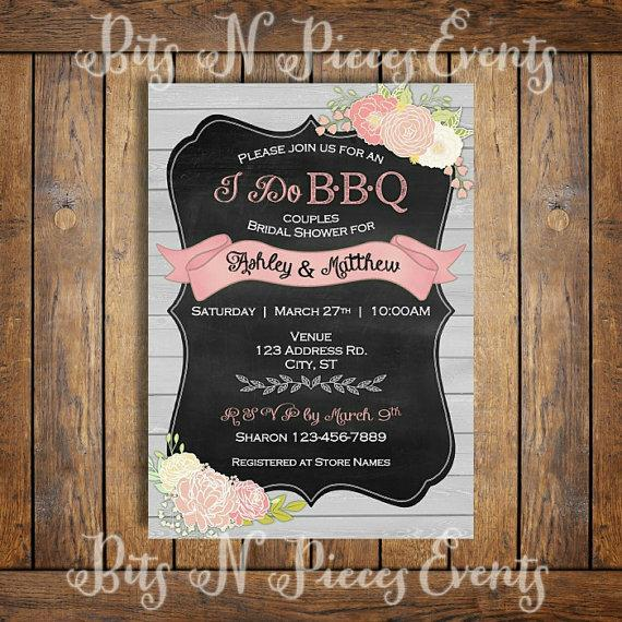 Mariage - I Do Barbeque Couples Bridal Shower Invitation. BBQ Barn Rustic Country Wedding Invitation. Pink Flower Chalkboard Wedding Invite