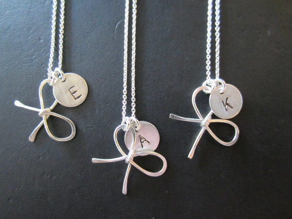 Mariage - One Sterling silver Bridesmaid Bow knot necklace with personalized hand stamped initial charm, handmade wedding accessories, bridal jewelry