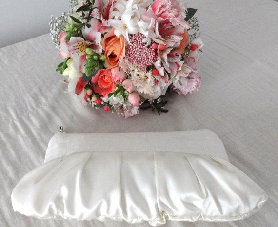 Свадьба - Satin wedding clutch, linen wedding clutch, romantic clutch, hollywood clutch, bridesmaid gift ivory pearl white cream glamour 30s 40s retro