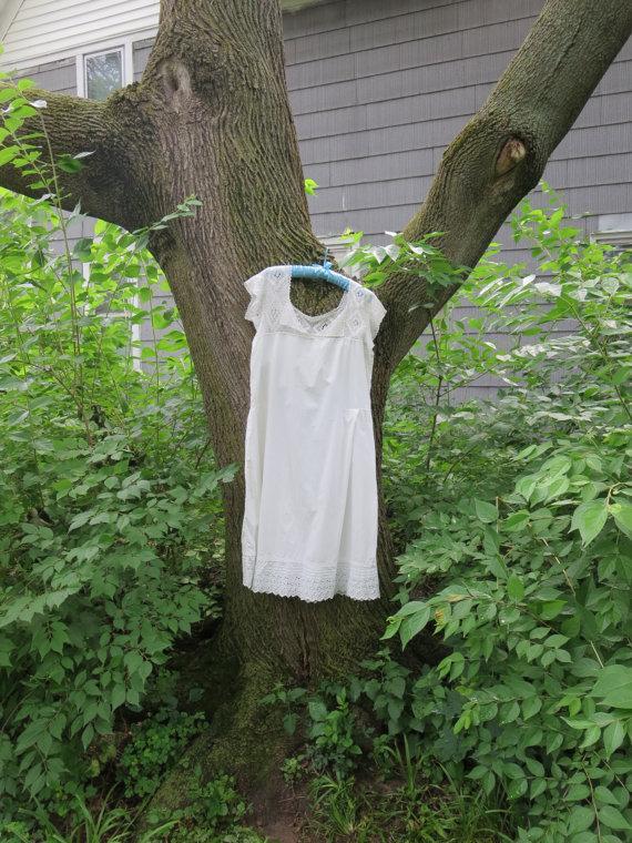 Свадьба - Vintage 1920s white cotton chemise slip undergarment negligee crochet yoke lace