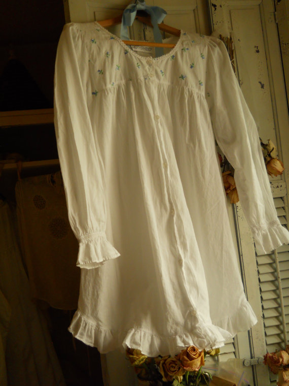 Свадьба - Vintage White Nightgown/ Duster With Blue Embroidered Roses Long Sleeve Gathered Cuff Scoop Neckline w/ Lace Ruffled Bottom Womems Lingerie