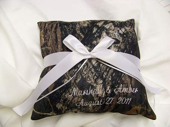 Mariage - PERSONALIZED Mossy Oak Breakup Bridal Bride Ring Bearer Pillow Camouflage Wedding All accessories