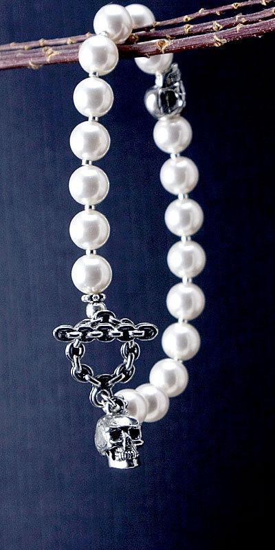 Свадьба - Pearl bracelet with double skulls: Swarovski pearl skull bracelet, goth jewelry, rockabilly wedding skull jewelry, white ivory black