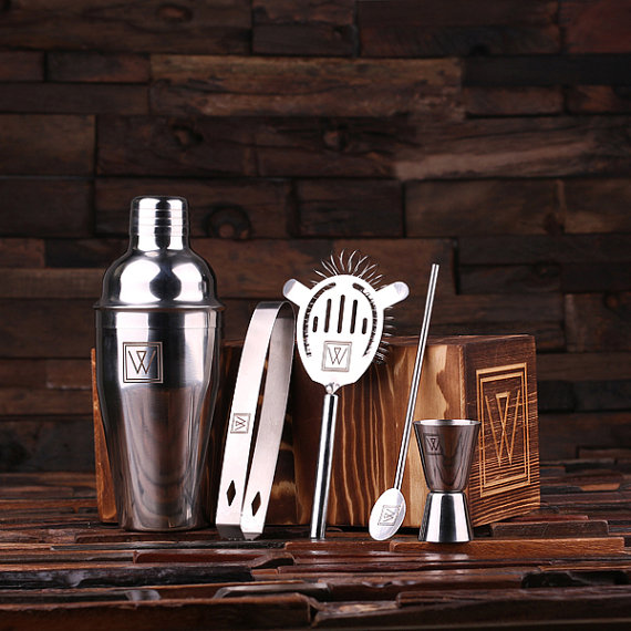 Свадьба - Personalized 5pc Cocktail Shaker Mixer Sets with Wood Storage Box Monogrammed Engraved Groomsmen, Best Man Bartender Man Cave Gift (025077)