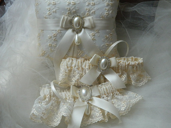 Свадьба - Wedding Garter And Ringbearer Set,Heirloom garter and pillow ring, Victorian style embroidery lace  with rhinestone and tear drop pearl