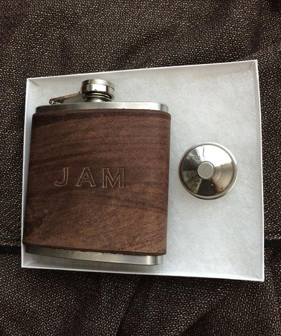 Свадьба - Premium Flask  and funnel gift. High Qauliy Custom Leather Covered Flask. Groomsmen