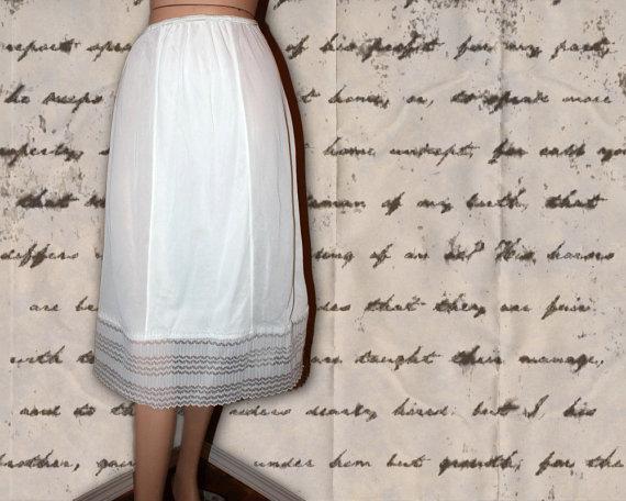 Mariage - Vintage Half Slip White Long Lacy Size M