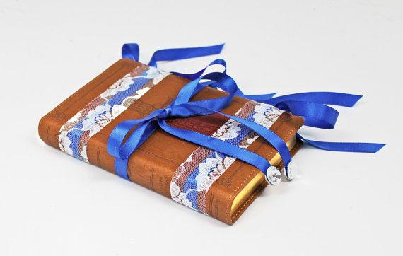 Mariage - Royal Blue Ring Bearer Pillow Alternative. Ring Bearer Bible Brown, White Lace, Royal Blue. Vintage Decor. Royal Blue White Wedding Ceremony
