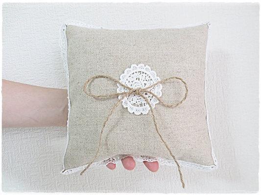 زفاف - Burlap ring pillow cushion with white lace applique and lace border natural rustic linen wedding pillow