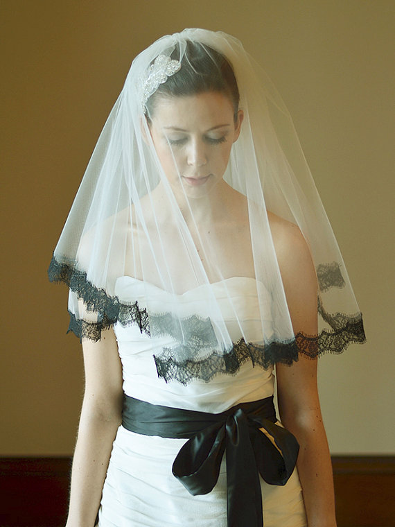 زفاف - Wedding veil, bridal veil, two tier lace edge veil in ivory, 1 inch black lace trim, elbow length, bridal tulle