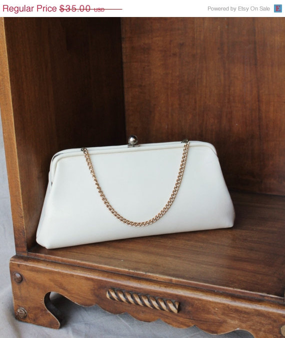 Mariage - Christmas in July Savings 1950-60's Creamy Dreamy Ivory White Faux Leather Clutch Purse with Gold Metal Chain Handle Option Wedding Clutch b