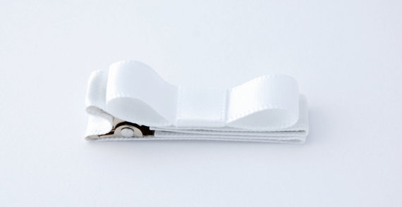 Mariage - White SATIN ribbon fully lined on double prong alligator clip with tuxedo bow on top for baby , girls and toddler