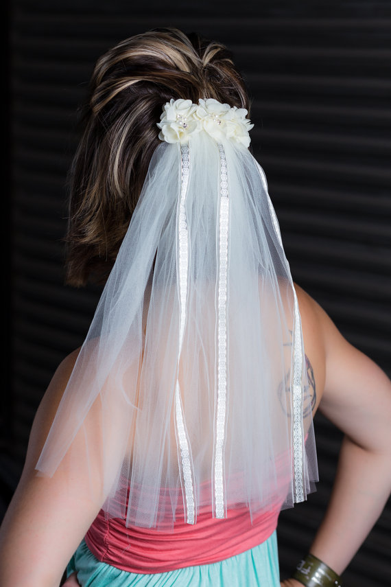 Mariage - Ivory wedding veil...Bachelorette veil...Clip on veil...Bride Costume
