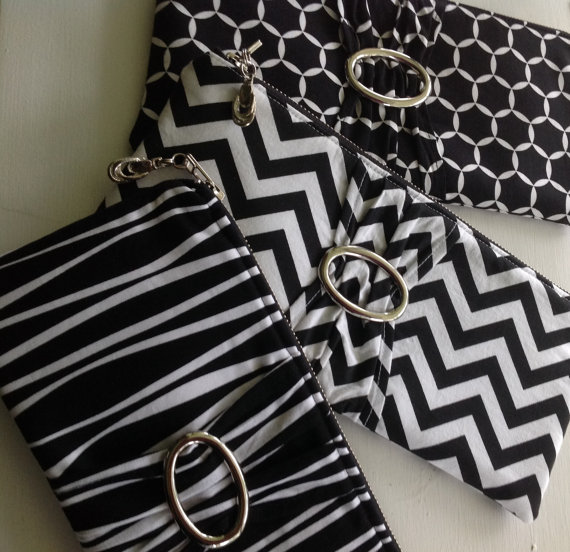 Свадьба - Bridesmaid Wedding Package (Set of 2,3, 4, 5, 6, 7, 8, 9) Black & White Clutches, Dozens of Fabrics, Monogramming and Message Tags Available