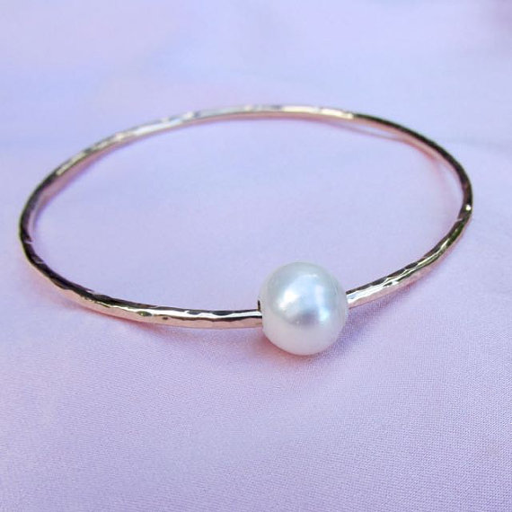 Свадьба - White Pearl Bangle, Gold Hammered Bracelet, Bridal Jewelry, Wedding Accessory, Bridesmaid Gift Idea, Anniversary, June Birthday Birthstone