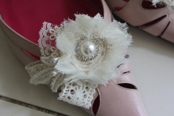 Свадьба - Lacey, bits of lace and pearl, ivory shoe clips