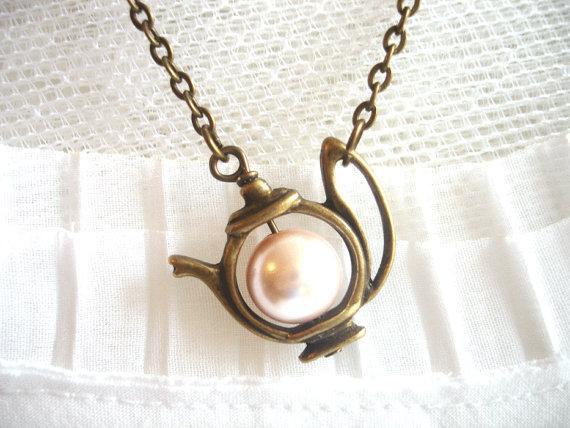 زفاف - Antique Teapot with Pearl, Bridal Jewelry,  Alice's teapot Pearl Necklace Brass Charm Whimsical Jewelry, MOTHER'S DAY GIFTS