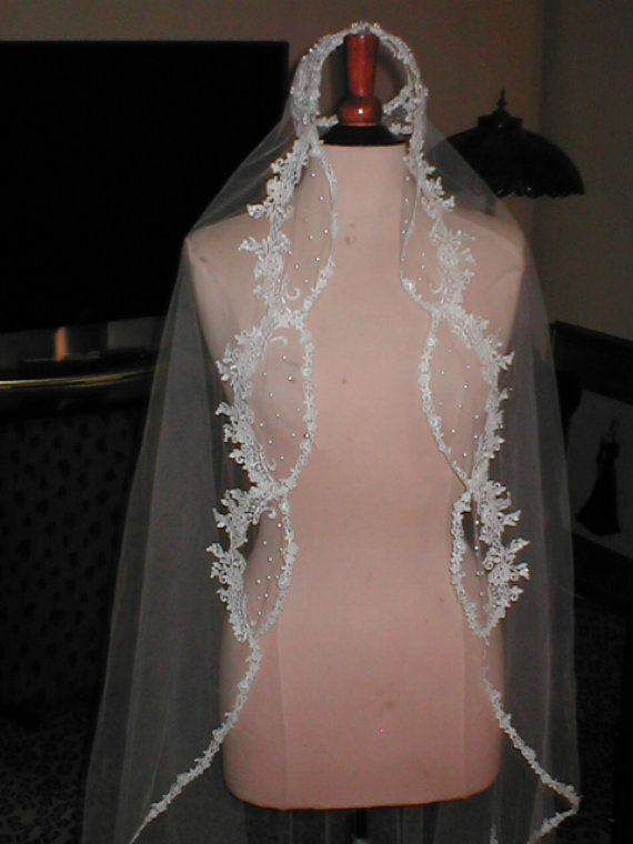زفاف - VINTAGE Ivory lace-edged wedding veil  with Juliet cap headpiece