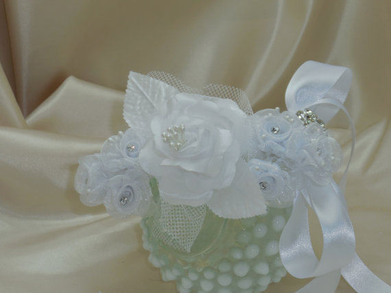 Свадьба - Dog Rhinestone Collar White Flowers for Wedding