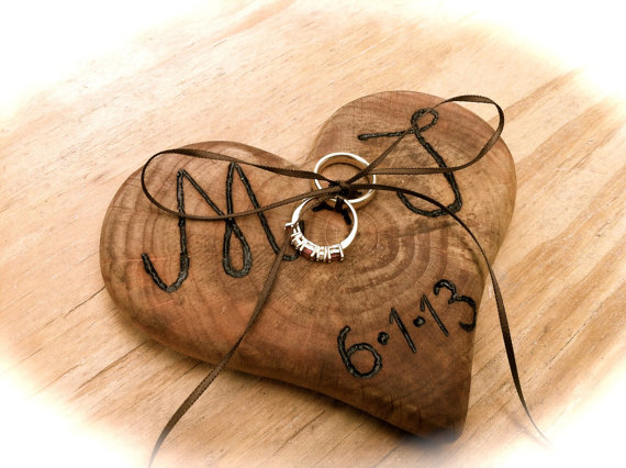 Mariage - Rustic wedding ring bearer pillow holder wooden heart country fall weddings