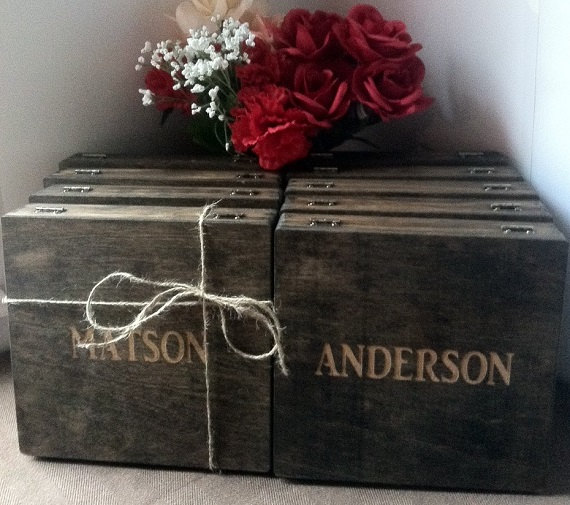 Свадьба - Groomsmen Gift - 8 Rustic Laser Engraved Cigar Boxes - Personalized & Stained Wooden Cigar Box - Custom Name Engraved - Wedding Favor