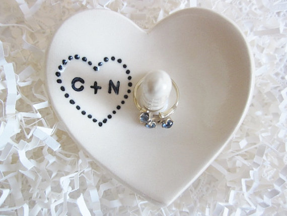 Mariage - White heart wedding ring holder, engagement gift, his and hers, Ceramic ring holder, Custom ring dish gift