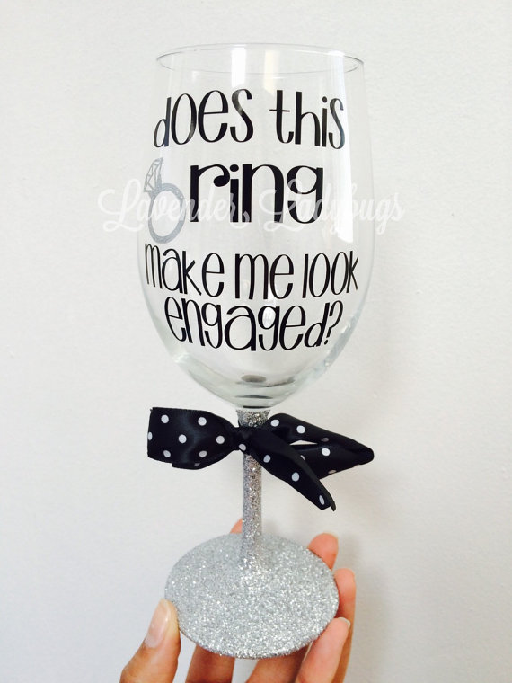 Свадьба - does this ring make me look engaged wine glass, personalized engagement gift, engagement wine glasses, glittered wine glass