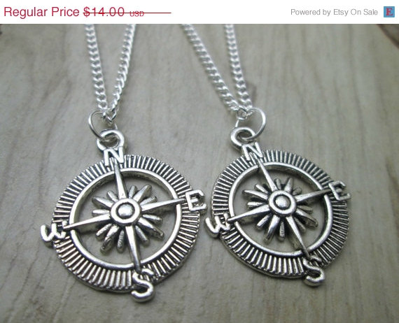 Mariage - ON SALE Set Of 2 Compass Necklaces, Bff Gift, Friendship Necklace, Bridesmaid Gifts, Compass Jewelry, Wedding Gift,  Gift for Graduation