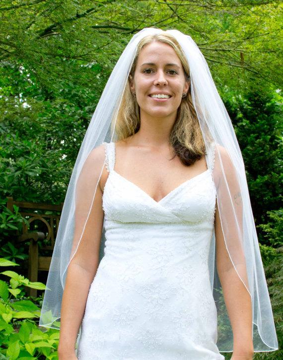 Mariage - Wedding veil - fingertip length bridal veil with a delicate finished edge