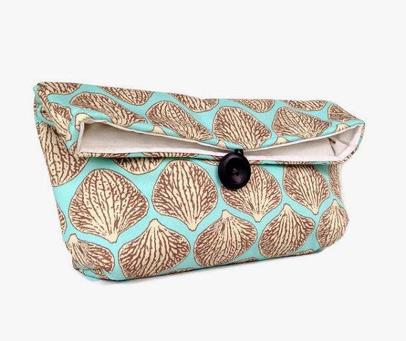 Свадьба - Handmade Makeup Bag, Blue and Tan Clutch Purse, Great for Travel, Beach Wedding Accessory, Summer Wedding, Gift Under 25, Bridesmaid Gift