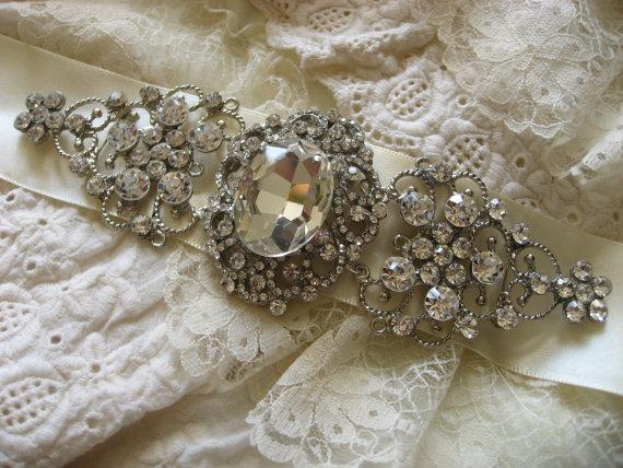 Свадьба - Oval bridal wedding brooch, buckle sparkling supply, rhinestone crystal sash, rhinestone sash brooch, crystal brooch buckle belt sash